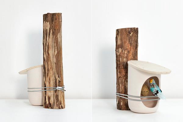 Керамическая кормушка с деревянной крышкой, вид сзади и спереди.