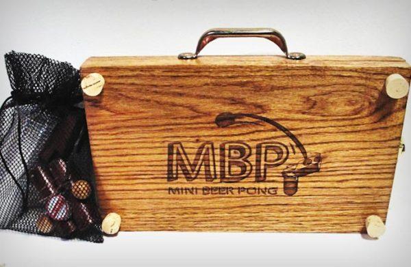 Mini Beer Pong складывается в компактный чемоданчик.