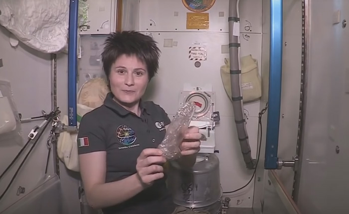 Экскурсия в туалет на борту МКС.