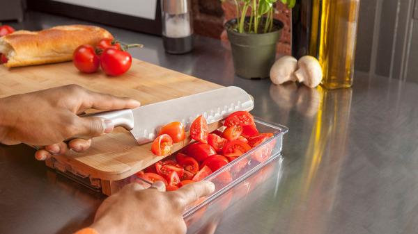 Контейнер можно вынуть и высыпать его содержимое на сковороду, или в кастрюлю.
