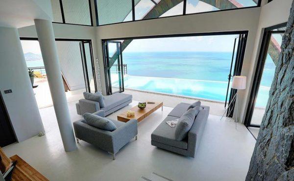 Открытая гостиная с видом на бассейн.