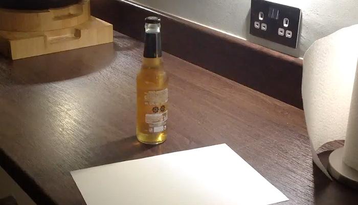 Как открыть пиво с помощью листа бумаги.