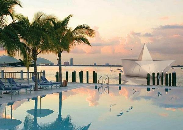 Большой бумажный кораблик в заливе Бискейн, Майами.