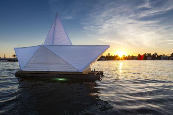 Большой бумажный кораблик, призывающий жить в простоте.