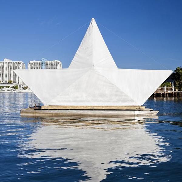 Плавучий хамам в виде гигантского бумажного кораблика.