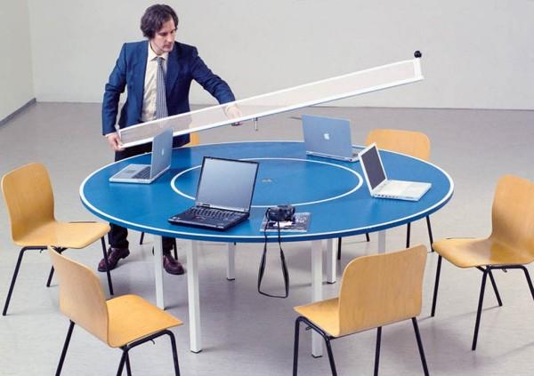 Конференц-стол легко превращается в теннисный.