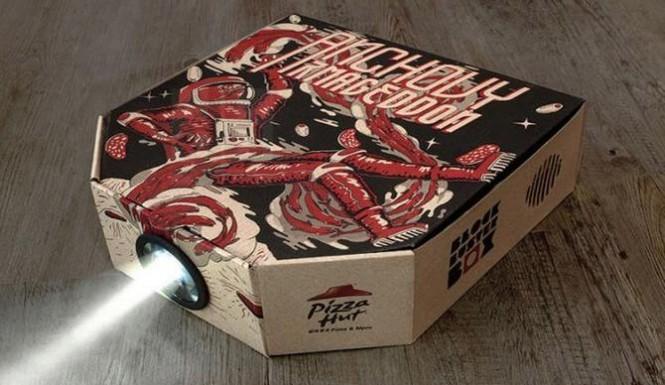 Коробка из-под пиццы может послужить в качестве стильного проектора.