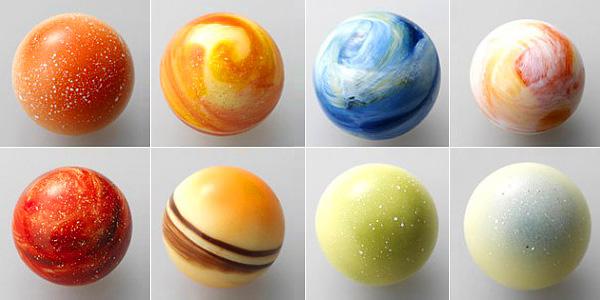 Слева направо, сверху вниз: Меркурий, Венера, Земля, Марс, Юпитер, Сатурн, Уран, Нептун.