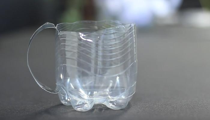 Классная кружка из пластиковой бутылки, сделанная по скаутскому методу.