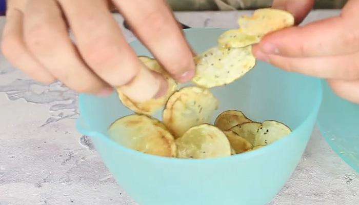Картофельные чипсы домашнего приготовления.