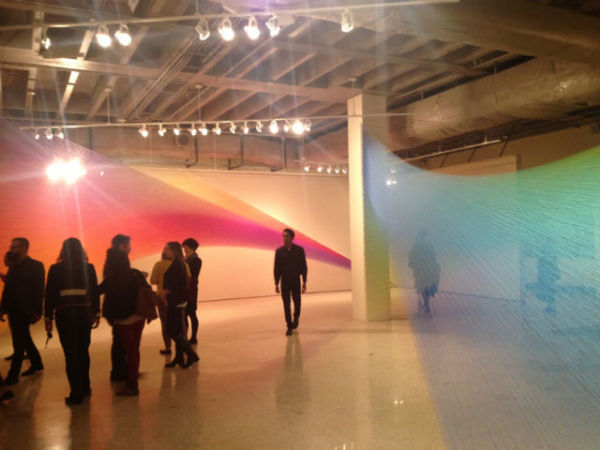 Радужные инсталляции из швейных нитей.