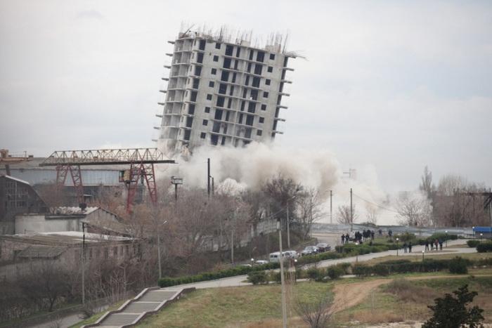 Дом, устоявший после 2 контролируемых взрывов.