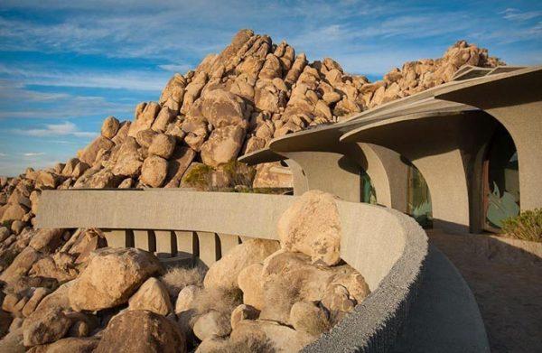 Вилла в пустыне, гармонирующая со скалистым пейзажем.