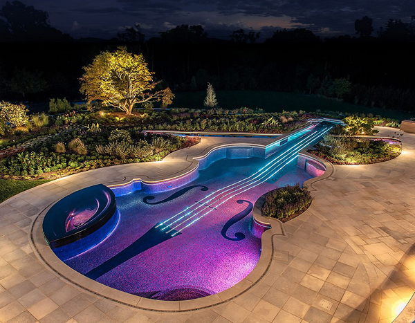 Бассейн в форме скрипки 18-го века.
