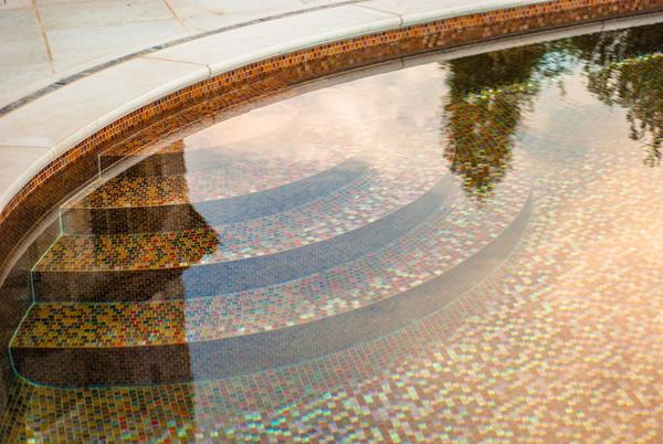 Красивая отделка бассейна-скрипки состоит из почти 500 тысяч полупрозрачных стеклянных плиток.