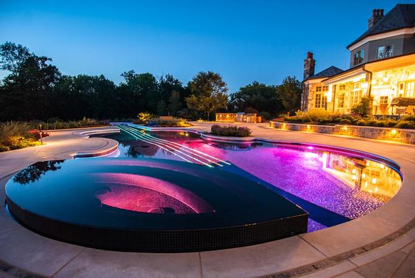Вид дома с бассейном.