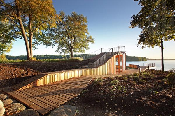 Обзорная терраса и павильон в мемориальном Саду Судеб в Латвии.