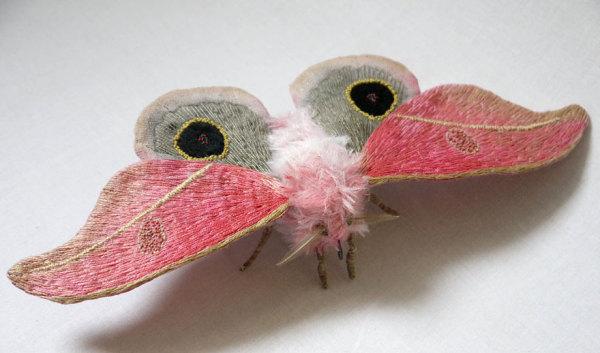 Гигантские вышитые насекомые.