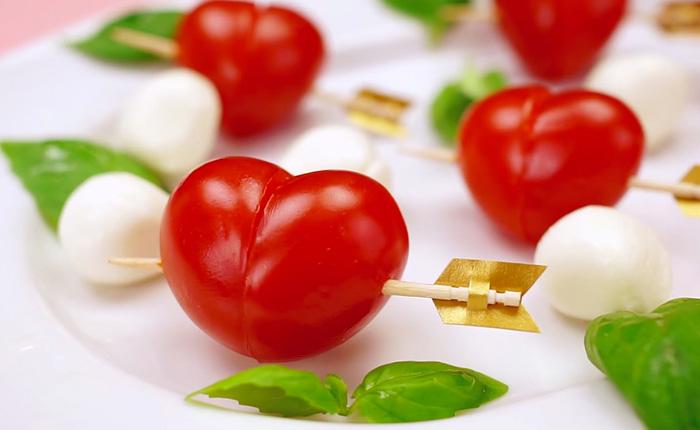 Сердечки из помидоринок. Простое и эффектное украшение любого блюда.