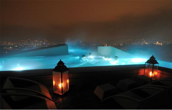 Бассейн ночью.