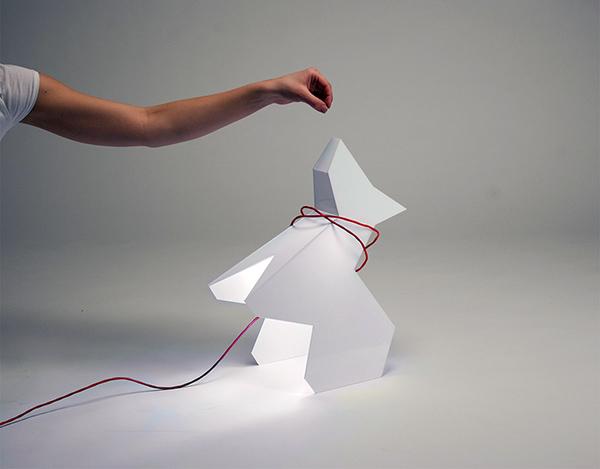 Светильник Trololo в форме оригами-собачки.