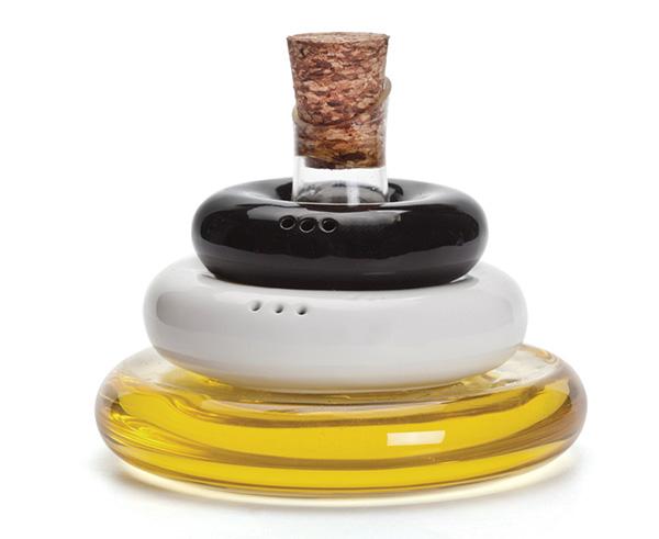 Солонка, перечница, бутылочка с оливковым маслом в одном аксессуаре.