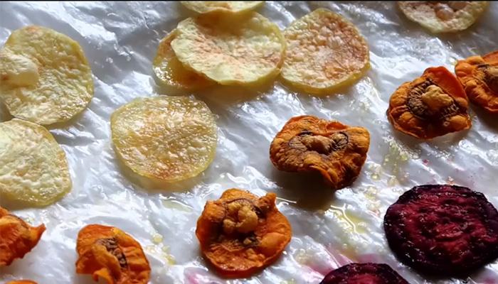 Простое лакомство и перекус - овощные чипсы, сделанные своими руками.