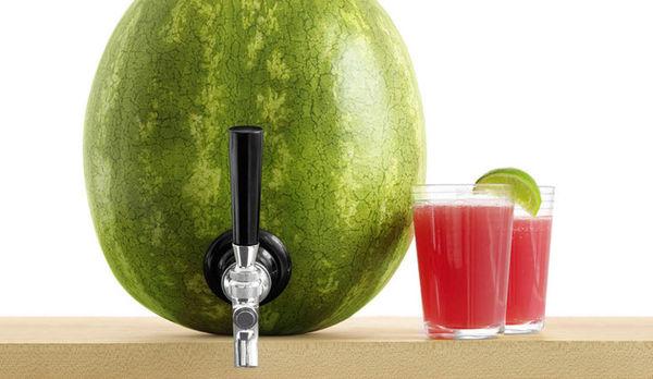 Кран, который превращает арбуз в бочонок с напитком.