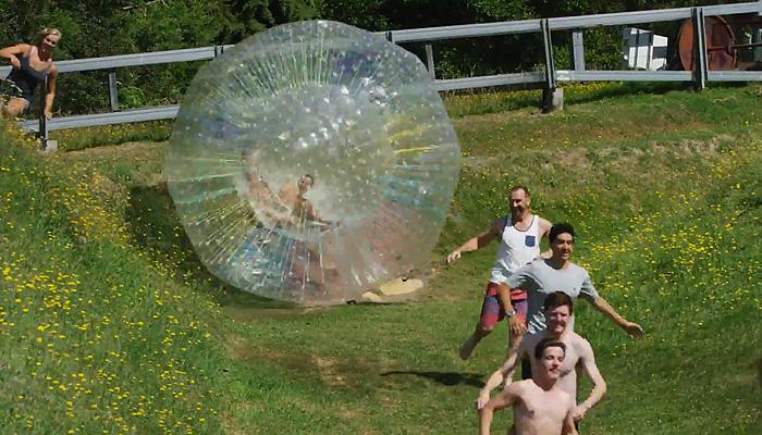 Новая модная забава: бега от водного шара.