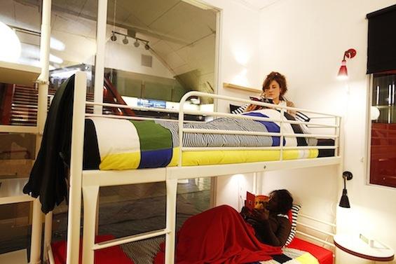 Временная интерьерная инсталляция от Ikea в парижском метро