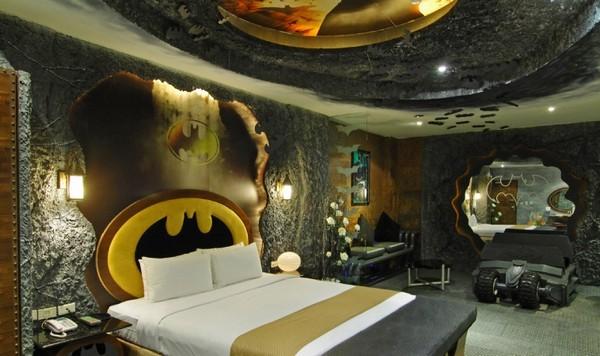 Номер в стиле «Batman» в отеле Eden Motel