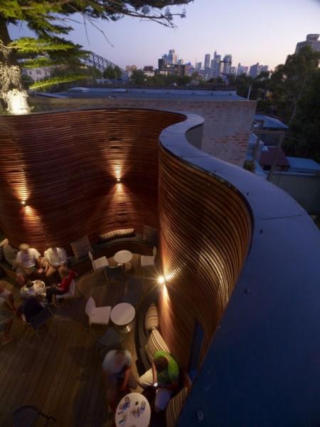 Открытая терраса отеля Blues Point Hotel в Австралии