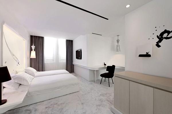 Черно-белый эклектичный дизайн отеля The Club в Сингапуре