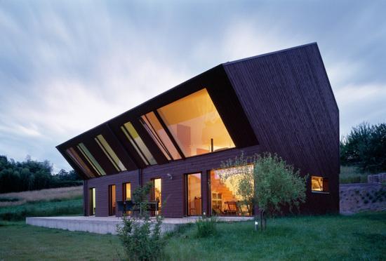 Crooked house - «Сгорбленный дом» от FOVEA architects в Швейцарии