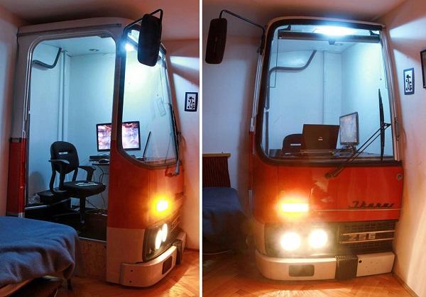 Рабочее место в офисе из кабины старого венгерского автобуса Ikarus