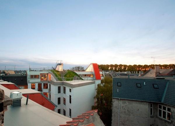 Двор с лужайкой и игровой площадкой на крыше дома от JDS в Копенгагене (Дания)
