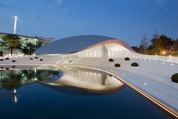 Динамичная архитектура нового салона Porsche в Германии