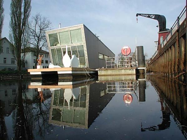 Двухэтажный дом-лодка с лужайкой на крыше от Confused Direction