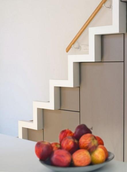 Кухня, встроенная в подлестничное пространство от французских дизайнеров