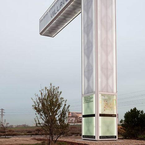 Система дорожных указателей Totem de.dos от Brut Deluxe Architecture + Design в Испании