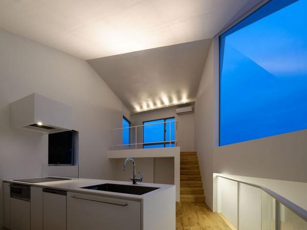 Ассиметричные стены образую такие же ассимметрично-необычные объемы помещений.