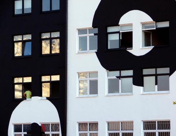 Черно-белая типотектура преобразованного здания хорватского бизнес-центра Zavrtnica