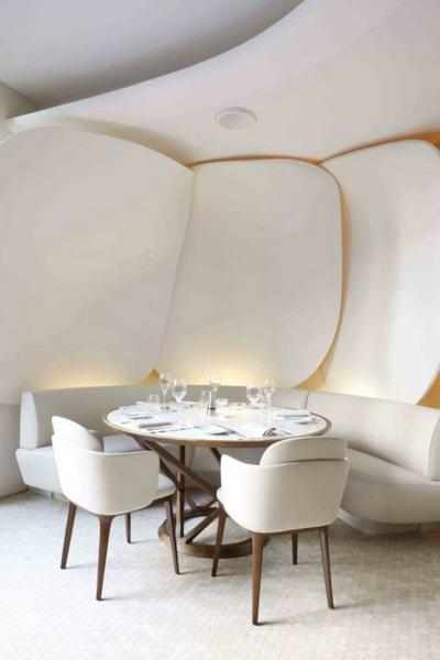«Цветочный» интерьер ресторана Camelia Restaurant в Париже