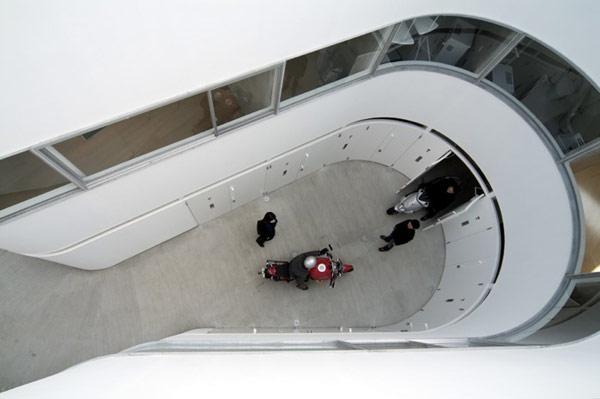 Motorcycle-Friendly Apartment – жилой дом для мотоциклистов от японских архитекторов
