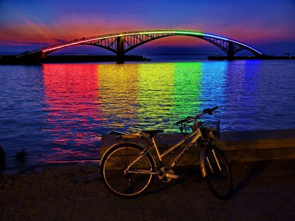 Rainbow Bridge – световая инсталляция в Магонге (уезд Пэнху, Тайвань)