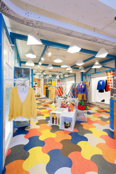 «Студенческий» интерьер бутика бренда одежды joy.play.love. в Сеуле