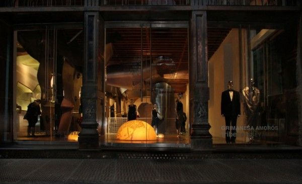 Uros – креативная свето-инсталляция от Криманесы Аморос (Grimanesa Amoros)в интерьере нью-йоркского бутика Tribeca Issey Miyake