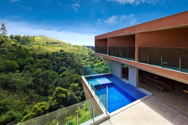 Vila Castela Residence – консольный дом на склоне холма в Испании