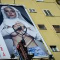 В Неаполе перед визитом Папы Римского появился билборд с полуголой «монашкой»