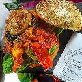 Британский шеф-повар приготовил гамбургер, покрытый сусальным золотом